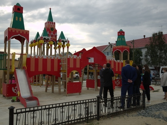 В Салехарде депутаты проверили состояние новых детских площадок