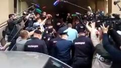 Михаила Ефремова опять привезли в суд: кадры эмоций