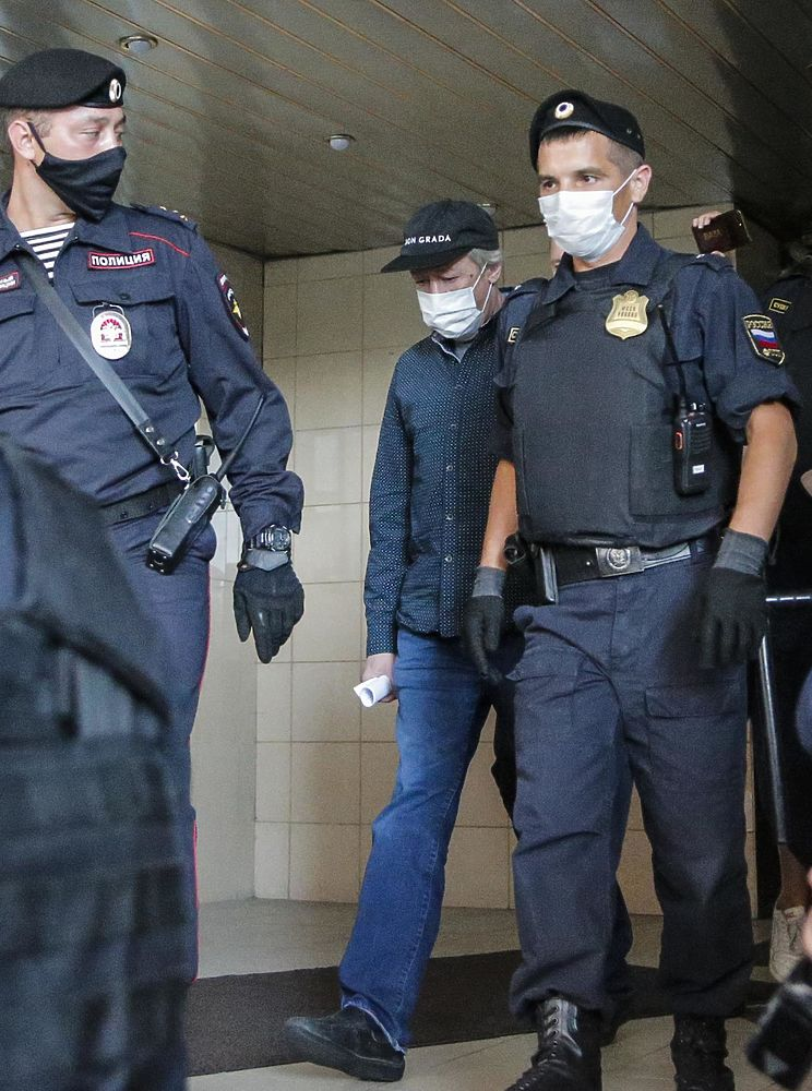 Ефремов опустил голову, выходя из суда: кадры продления ареста