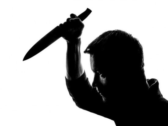 Рецидивиста из Новокузнецка осудят за нападение с ножом на прохожего