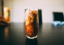Холодный чай и кофе в жару: вредит или спасает