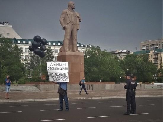 Активист запустил в Чите плакат с фразой про голодных голубей