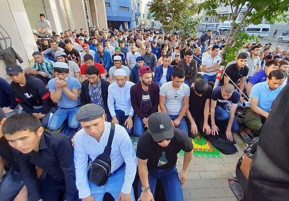 Кадры Курбан-байрама в Москве: собралась толпа