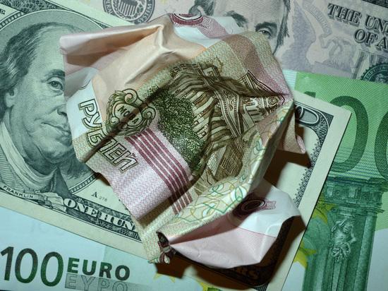 Экономист Хазин связал падение рубля с решением Минфина