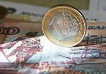 Рубль стремительно дешевеет по отношению к доллару и евро