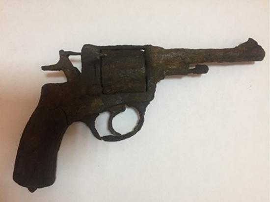 Житель Тувы выкопал в земле револьвер образца 1895 года