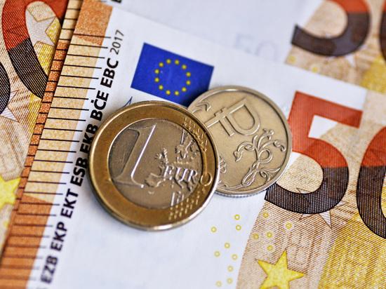 Экономист назвал две причины падения курса рубля