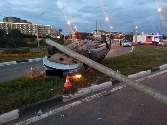 Skoda снесла столб и перевернулась на дамбе в Калуге