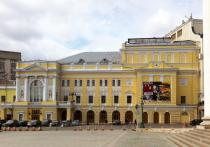 Впервые после вынужденного отпуска 1 августа Российский Молодежный театр по традиции собрал труппу, чтобы обсудить ближайшие планы, поздравить юбиляров и наградить тружеников невидимого фронта