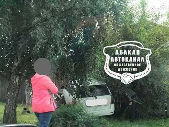 В Абакане иномарка покосила забор частного дома