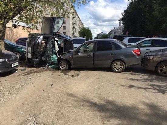 В Кирове столкнулись 6 машин: пострадали трое