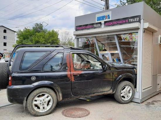 В Волгограде иномарка на скорости влетела в киоск