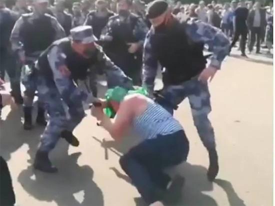 Бывший военнослужащий ВДВ отреагировал на драку, произошедшую ранее в ходе праздничных мероприятий в парке Горького в центре столицы, сообщает «Комсомольская правда»