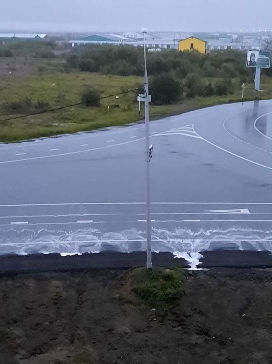 Дорожную разметку в Салехарде размыло дождем
