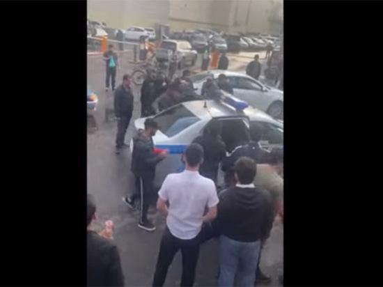Пользователь @mynamehay опубликовал на своей странице в Twitter видео конфликта мигрантов с полицейскими в Москве, который произошел у ТЦ на станции метро «Теплый Стан»