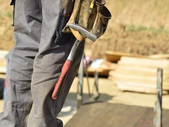 Строители завершают разработку котлована под новую школу на Колыме