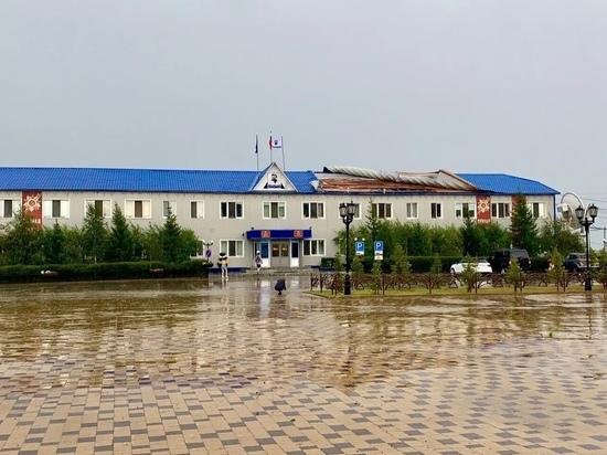 В ЯНАО ураган сорвал крышу со здания районной администрации