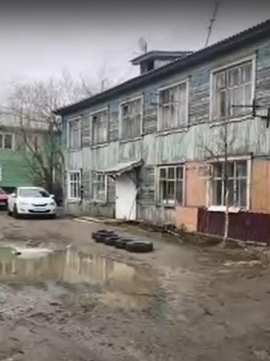 Дом рушится, туалет на улице: женщина из Салехарда рассказала о жизни в аварийном общежитии
