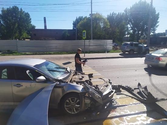 В Ростове «Рено» отбросило на электрический столб после столкновения с «Киа»