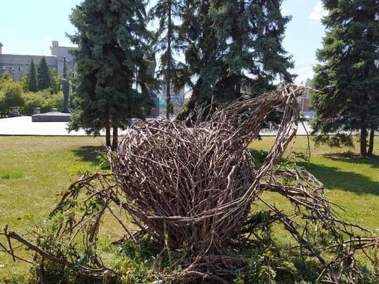 Скульптура в виде сердца из веток окончательно рухнула в Новосибирске