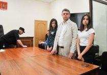 Родственники Михаила Хачатуряна настаивают на том, что все три сестры — Мария, Крестина и Ангелина - осознавали свои действия во время убийства отца, готовились к преступлению и должны отвечать в суде все вместе