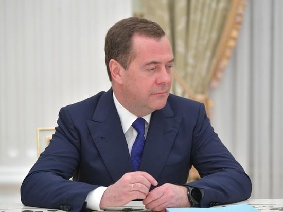 Новое платье Медведева: зампред Совбеза нашел формулу счастья