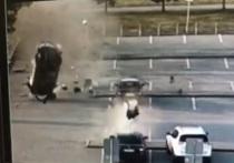 Такси на скорости устроило кульбиты на парковке Кольцово и потеряло двигатель