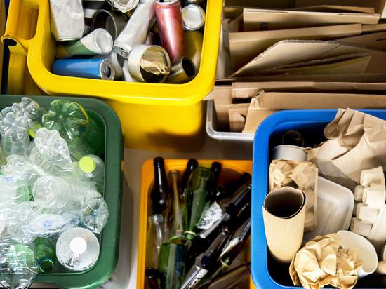 Автомобиль по сбору мусора для переработки ездит в Шелехове и районе