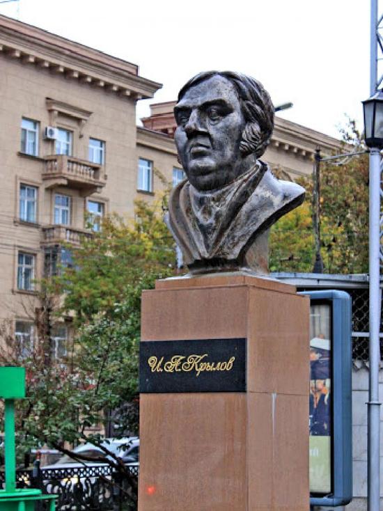 В 1908 году в Новониколаевске в честь известных литераторов назвали несколько улиц центральной части города, среди них Ломоносова, Пушкина, Лермонтова, Гоголя и Крылова