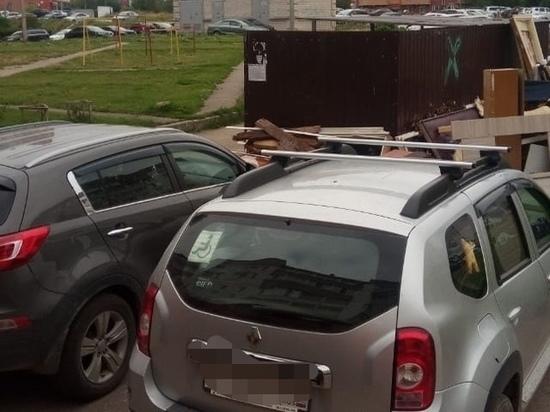 «Экопром» просит псковичей не парковать машины возле мусорных площадок