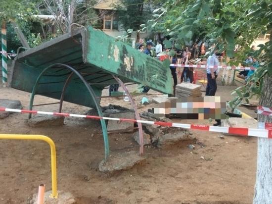 В Астрахани бетонная конструкция на детской площадке раздавила ребенка