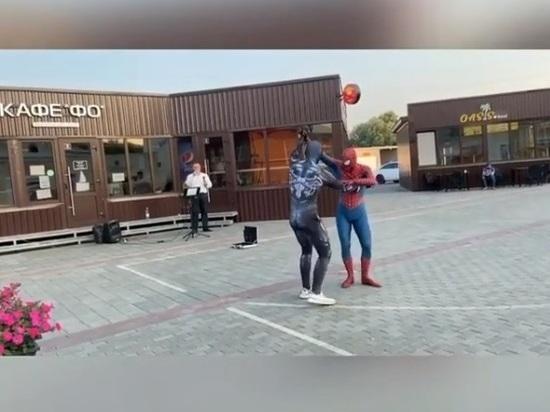Человек-паук и Веном зарыли «топор войны» танцем под Джорджа Майкла в центре Барнаула