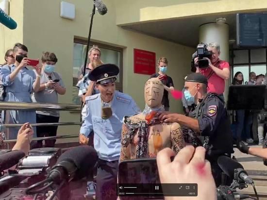 У Люблинского суда псевдо-полицейский перерезал горло манекену