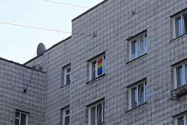 Флаг ЛГБТ убрали из окна новосибирского общежития - МК ...