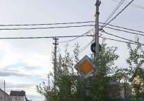 В Салехарде «невидимые» дорожные знаки путают автомобилистов на перекрестке