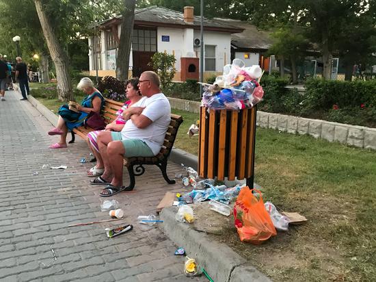 Жители Евпатории жалуются на набережную, утопающую в мусоре