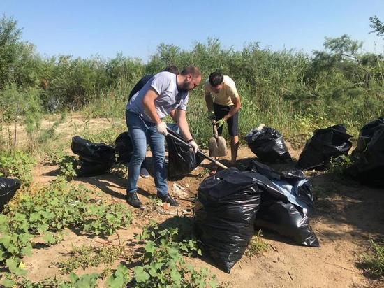 В Астрахани начали уборку пляжей