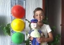 В Салехарде дети за «портреты» светофора получили от полицейских подарки