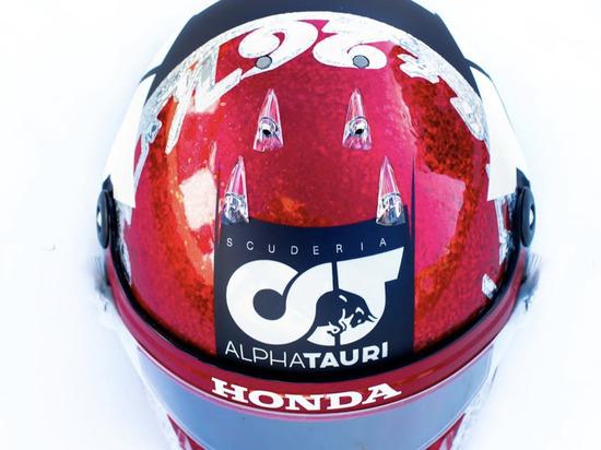 Даниил Квят сменил дизайн шлема в честь своей 100-й гонки