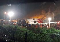Потерпевший крушение в индийском городе Кожикоде в штате Керала самолет Boeing 737 совершал посадку во время дождя, упал со склона и разломился на две части