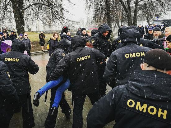 Белоруссия готовится выбрать президента. Эксперты прогнозируют, что после выборов и оглашения их результатов тише не станет. Говорят даже о возможном белорусском варианте киевского Майдана 2014 года. Судя по настрою Лукашенко, он такого «разгула демократии» не потерпит. Мы оценили возможности белорусских силовиков, которых могут послать на усмирение несогласных с итогами выборов.