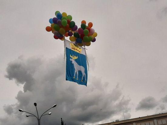 Парашютисты поздравили жителей Йошкар-Олы с Днем города