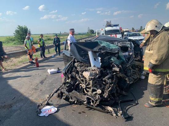 Родители и 10-летний сын скончались в ДТП с грузовиком на трассе под Ростовом