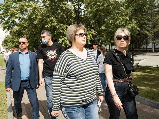 Под конец дневной части пятого субботнего протест, у здания краевого правительства появилась член Совета Федерации от Хабаровского края, Елена Грешнякова
