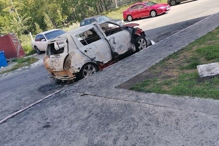 Ночью в Новосибирске у жилого дома дотла сгорел автомобиль ...