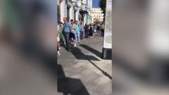 Белорусы выстроились в гигантскую очередь у посольства в Москве: видео