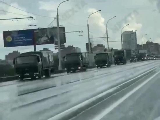 Появилось видео со спешащей в Минск огромной колонной военной техники