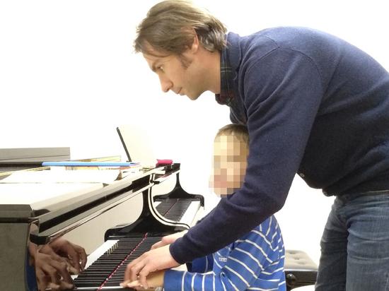 Семиминутное видео и маленькая кукла понадобились десятилетней девочке, чтобы посадить своего преподавателя музыки на 9 лет
