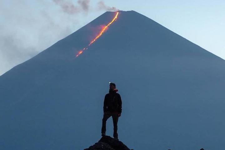 Извержение высочайшего вулкана Евразии сфотографировал ...