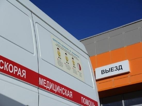 Такси в Волгограде протаранило столб, пострадали водитель и пассажир